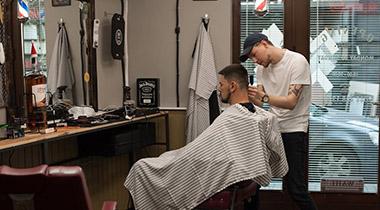 Барбер правит подстригване